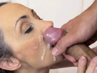 Gilf gets spunk on her face