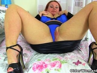 Chunky cougar Diamond from the UK plows herself