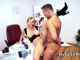 HITZEFREI medic Gabi Gold gets pummeled by her patient
