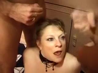 Deux vielles femmes matures salopes en manque de baise, vont se prendre les pieds et s' amusent avec les grosses queues de leurs jeunes colocatai
