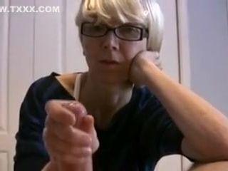 Une vieille cochonne fait sortir le sperme d'une jeune sting