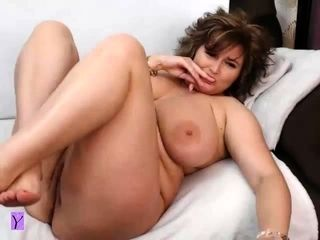 Plumper bootylicious phat breast cougar plays on web cam