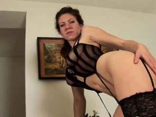 Solo bombshell stretches her gams and jerks