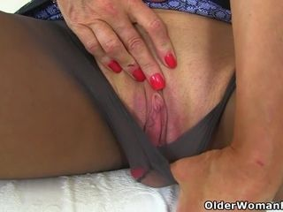 English cougar Ellen thumbs her monstrous fanny wags