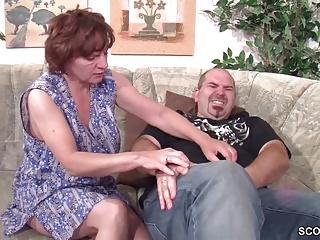 Sie erwischt ihn mit seiner Stief-Mutter und fickt mit