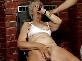 La abuela esta caliente.