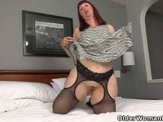 Plumper cougar Scarlett s stiff puffies need attention
