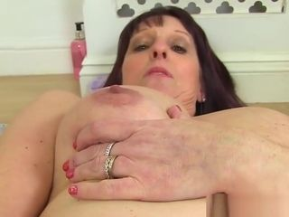 Brit cougar bf faux-cocks her cootchie in the douche