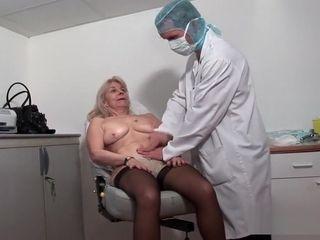 Une vieille chick se fait abuser chez le gynécologue