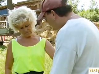Oma (73) auf dem Rasen hart gefickt