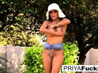 Joy in the sun with super-sexy cougar Priya Rai