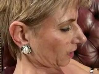 Vieille salope retraitée léchée par une jeune lesbienne