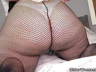 Yankee cougar Scarlett shoves a fuck stick deep into her vulva