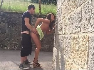 Beurette qui suce dans ague rue et elle se fait baiser chez elle