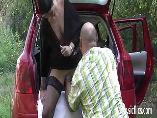 Fisting the wifes greedy pussy by the roadside