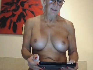 Matured webcam lass masturbates