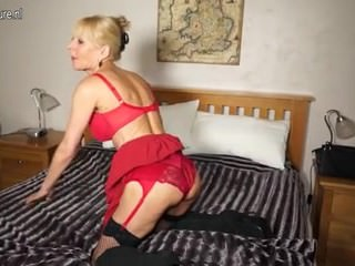 Naughty British mature lady From SEXDATEMILF.COM playing with her dildo